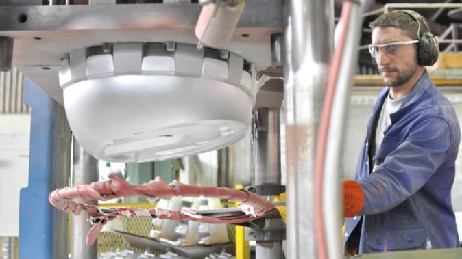 Un employé de la fonderie aluminium
